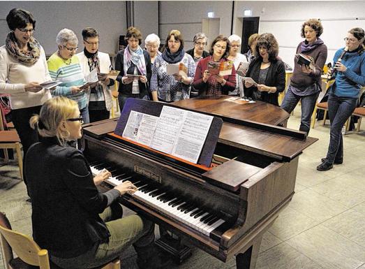 Die Proben für den Weltgebetstag laufen seit Mitte Januar. Mittlerweile haben die Chormitglieder die Liedtexte verinnerlicht – und wollen am 3. März die Gemeinde zum Mitsingen animieren. Foto: Benjamin Zilkens