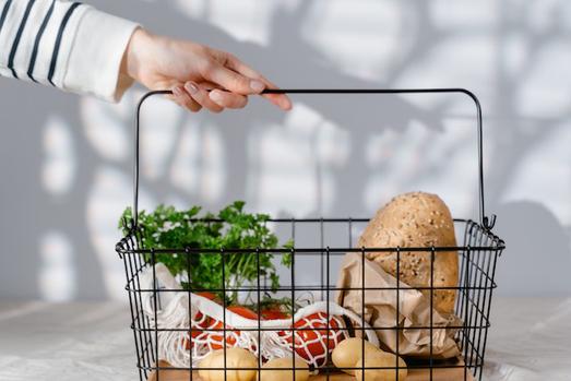 パソコンのキーボード。電卓。ノートとボールペン。スマートフォン。
