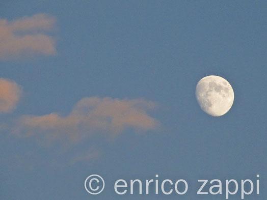 La luna verso sera quando ancora il sole sta tramontando