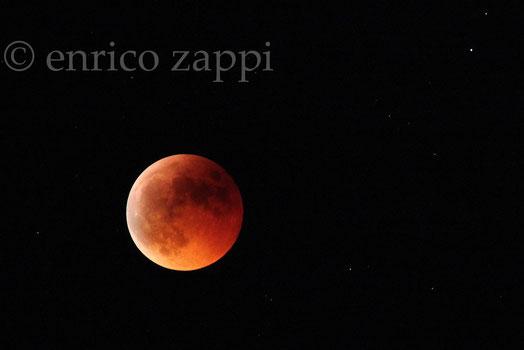 15/6/2011. Eclissi totale: la luna appare un astro rosso sempre più cupo e molto accattivante.