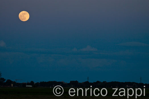 552012. La Superluna vista dalle Saline di Cervia, ormai fuoriuscita dal mare, sta salendo sempre di più.