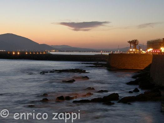 Dopo il tramonto lungo le mura di Alghero