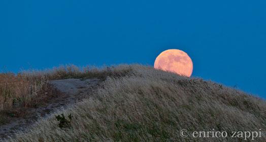 23 giugno 2013- La Luna Rossa si leva da dietro una collinetta della Valle del Vento, in tutto il suo fascino lasciandomi attonito per la meraviglia ed emozione del momento.