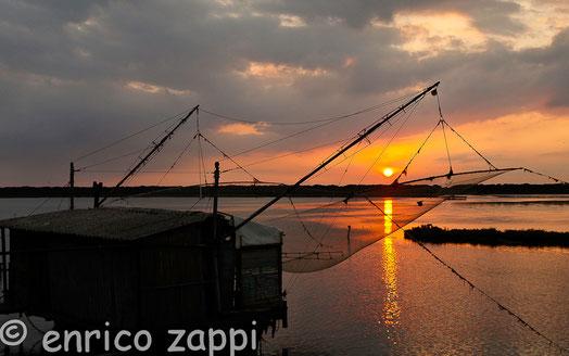 Un vecchio capanno da pesca, tutt'ora funzionante, nel tramonto della Piallassa della Baiona (RA).