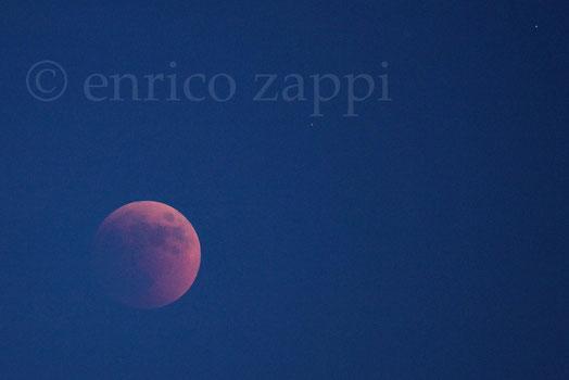 """15/6/2011. La luna """"rossa"""" sorge in mezzo alla foschia, salendo sempre di più per mostrarsi tutta, non più occultata dalla foschia."""