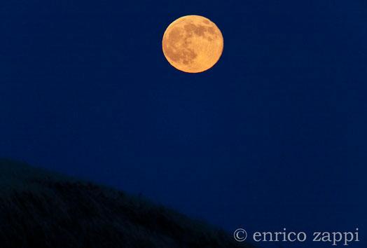 23 giugno 2013- La Luna Rossa, ormai alta nel cielo, dalla Valle del Vento.