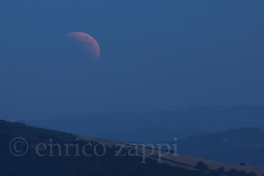 """15/6/2011. La luna """"rossa"""" sorge in mezzo alla foschia"""