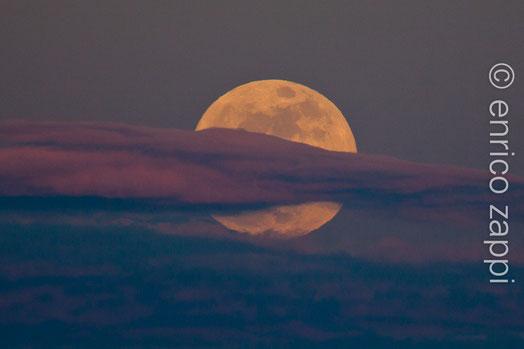 5/5/2012. La Superluna sorge ad est dietro le basse nubi della sera