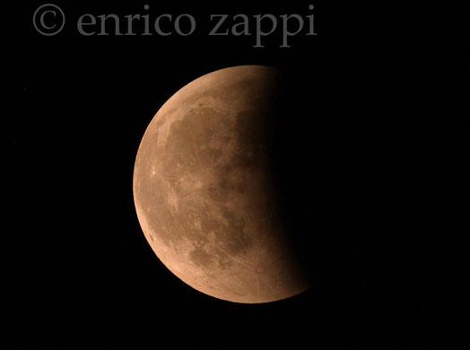 16/6/2011. La Luna nella fase finale dell'Eclissi, s'illumina sempre di più
