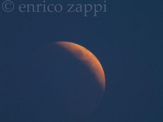 """15.06.2011. La Luna """"rossa"""" immortalata quando ancora sta salendo all'orizzonte, semi-occultata dalla foschia."""