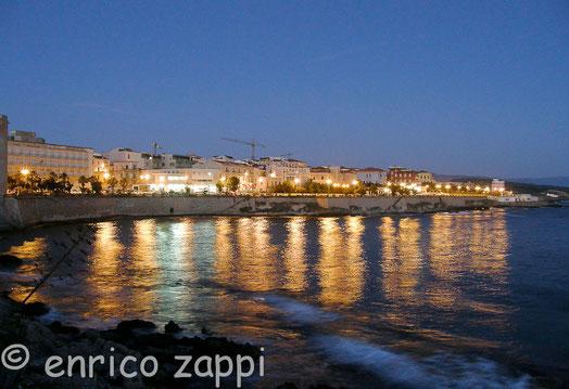 L'affascinante città di Alghero con le sue luci serali
