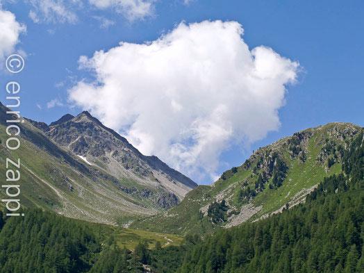 I monti attorno al lago di Neves
