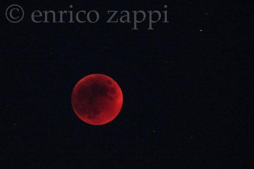 15/6/2011. Eclissi totale: la luna ora appare un astro rosso cupo, di estrema suggestione