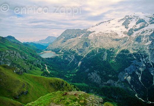 Lago Fedaia e a destra la Marmolada visti da Viel del Pan oltre il rifugio Belvedere