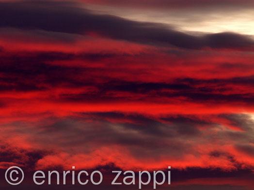 Suggestiva tavolozza di colori offerta dal riverbero delle luci che si diffondono dopo il tramonto del sole su di un fronte nuvoloso, poco prima dell'avvento delle tenebre.