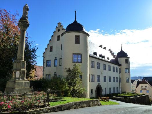 Ansicht Schloss Oberschwarzach mit Mariensäule