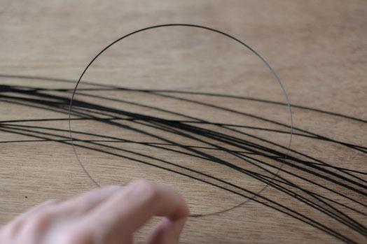筒状の竹から得た線の竹ひごを円に結ぶ