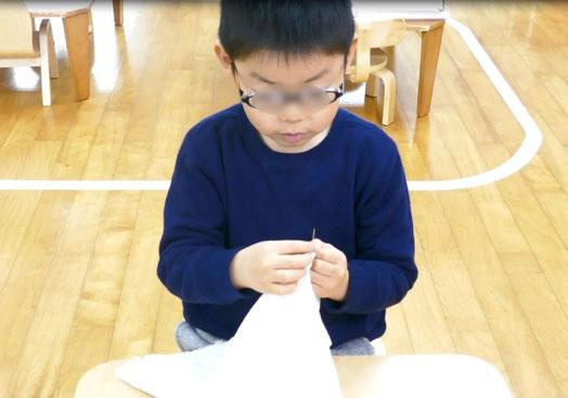 幼稚園児クラスの生徒が、モンテッソーリ活動で刺しゅうの活動に、30分間集中して取り組みました。
