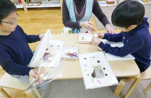 幼稚園児クラスの年長児が卒業製作で、刺しゅうの活動に取り組んでいます。