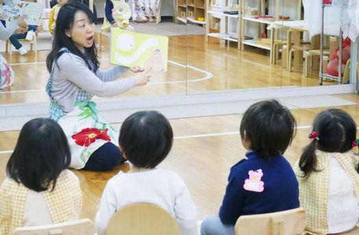 母子分離をして活動する2歳児が、みんなといっしょにリトミック。社会性が育っています。