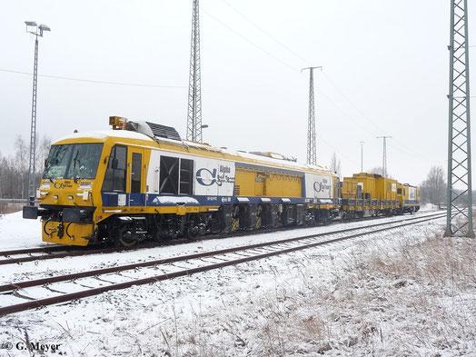 Am 9. Februar 2013 steht die Schienenfräsmaschine SF03-FFS plus in Luth. Wittenberg Hbf.