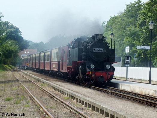 99 2324-4 ist ein kompletter Neubau, der 2009 in Dienst gestellt wurde. Am 20. Juli 2014 fährt sie mit ihrem Zug in den Bf. Kühlungsborn Ost ein
