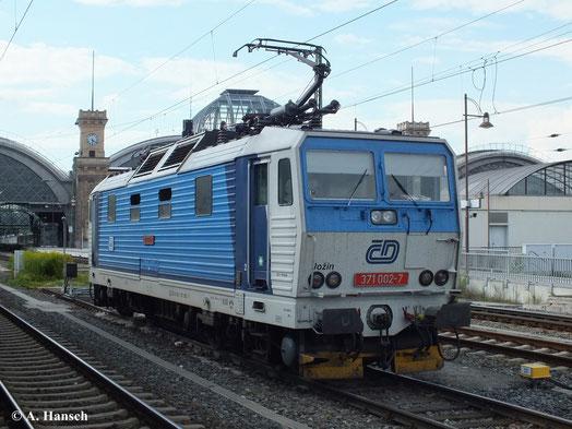 Im deutsch-tschechischen Grenzverkehr sind die bei der DR als BR 230 bekannten 371er noch regelmäßig im Einsatz. Am 13. August 2013 wartet 371 002-7 in Dresden Hbf. auf neue Aufgaben