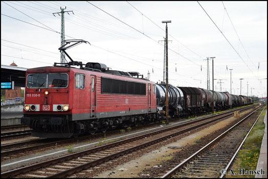 Am 25. April 2015 hat 155 030-0 einen gemischten Güterzug am Haken. Beim Halt in Cottbus Hbf. entstand dieses Bild