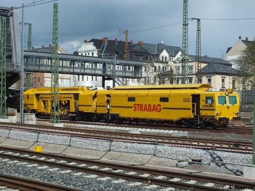 Am 23. April 2012 wurden die neuen Gleise Richtung Aue/Zwickau im Chemnitzer Hbf. eingeschottert. Stopfmaschine Unimat 09-32/4S Dynamic von Plasser & Theurer war dabei im Einsatz...