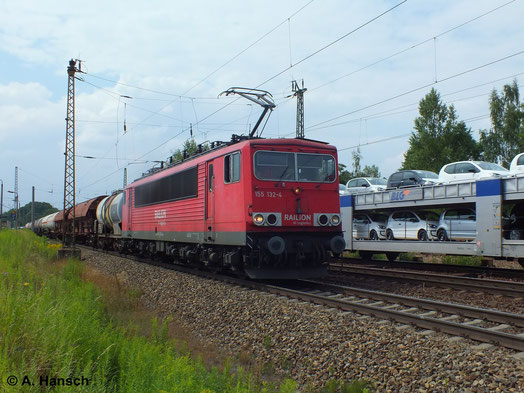 Regen Güterverkehr gibt es in Leipzig-Thekla täglich. Auch am 16. Juli 2014 ist das nicht anders, als 155 132-4 mit ihrem Mischer einen Autozug kreuzt
