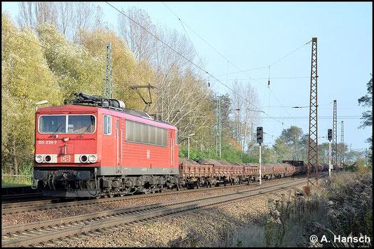 Mit Flachwagenzug voller Bauschutt durchfährt 155 239-7 am 29. Oktober 2014 Leipzig-Thekla