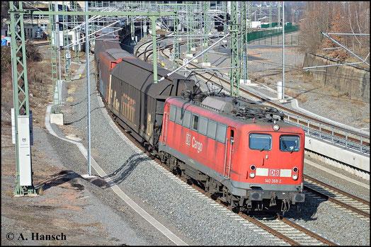 Am 7. März 2015 hat 140 368-2 den umgeleiteten GA 52813 am Haken. Gerade verlässt die Fuhre Chemnitz Hbf.