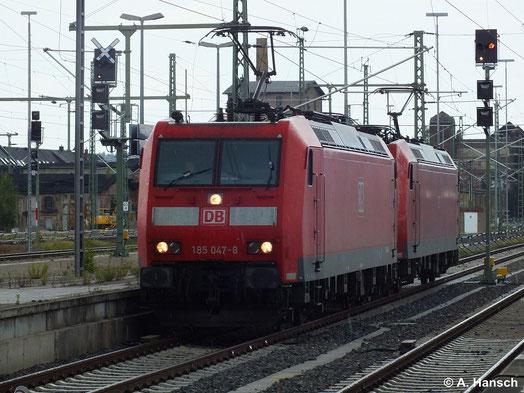 """Am 13. Juli 2014 durchfährt ein """"185er-Pärchen"""" um 185 047-8 und 185 010-6 durch Chemnitz Hbf."""