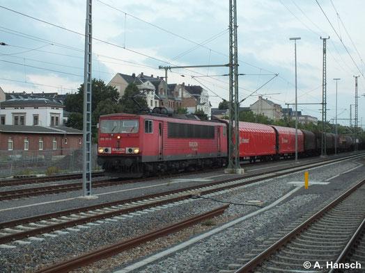 Am 30. Juni 2014 steht die Sonne schon tief, als 155 117-5 mit ihrem gemischten Güterzug den Chemnitzer Hbf. durchfährt