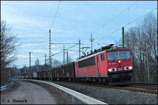 Im letzten Licht des 8. März 2015 fährt 155 032-6 auf Chemnitz Hbf. zu. Gleich wird sie das AW Chemnitz passieren