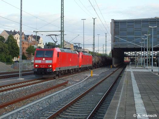 In Doppeltraktion durchfährt am 22. Juni 2014 ein gemischter Güterzug Chemnitz Hbf. 185 167-4 leistet Vorspann vor 185 169-0