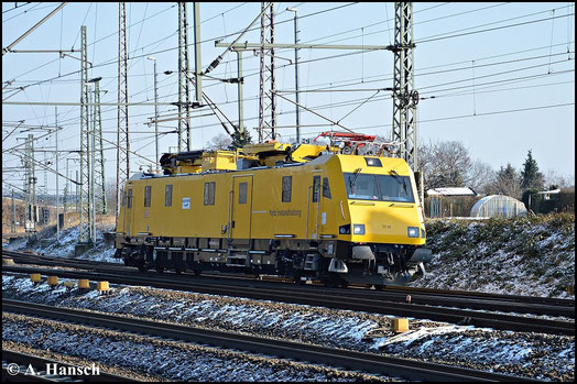 Am 1. Februar 2015 fährt 136 013-6 (DB Netz 711 211) auf Höhe der Triftbrücke in Luth. Wittenberg gen Hbf.