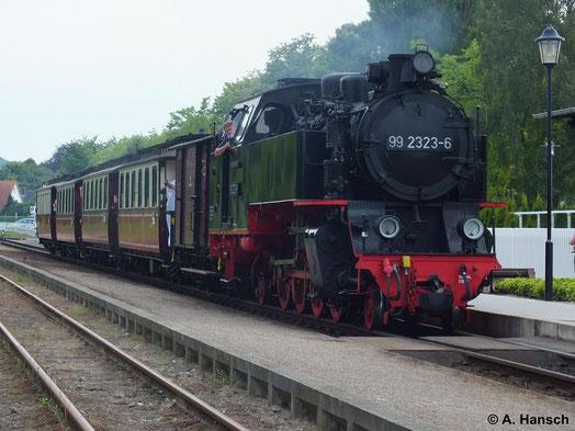 """Einmal im Monat verkehrt ein Sonderzug auf der Bäderbahn """"Molli"""" der sich """"Orientexpress"""" nennt. Er besteht aus speziellen historischen Wagen. Am 24. Juli 2014 zieht 99 2323-6 diesen Zug aus dem Bf. Kühlungsborn Ost"""