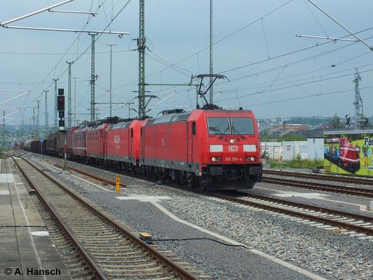 Zwei Zugloks und zwei Wagenloks hängen an diesem Mischer, der am 8. Juli 2014 durch Chemnitz Hbf. rollt. An der Spitze läuft 185 394-4