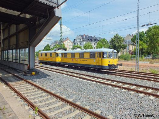 Der Gleismesszug 725 002-0 (ex DB 798 676-3) und 726 002-9 (Neubau) rollt am 15. Juli 2014 in Chemnitz Hbf. ein