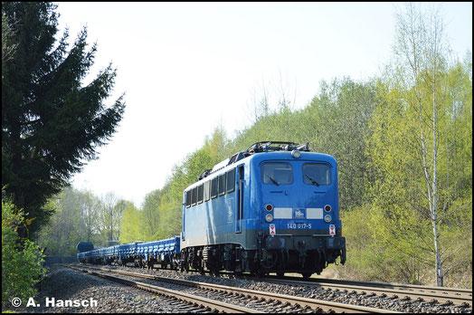 Am 19. April 2018 ist die Lok wieder für die PRESS im Einsatz. Als 140 017-5 ist sie im Nummernschema der Firma eingereiht. Am Zugschluss von DGS 98626 rollt sie hier durch Chemnitz-Borna
