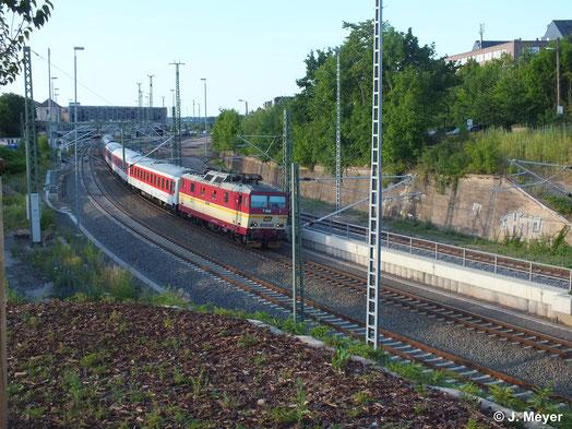 Für ein solches Bild wird sich nicht oft die Gelegenheit ergeben: Eine tschechische BR 371 (371 005-0) fährt mit Nachtzugumleiter aus Chemnitz Hbf. aus. Das Bild entstand am Abend des 6. Juli 2014