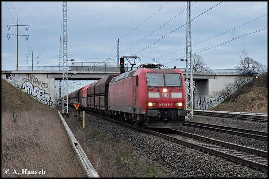 Am 15. Januar 2015 dämmert es schon, als 185 058-5 mit ihrem Güterzug durch Französisch Buchholz in Berlin fährt