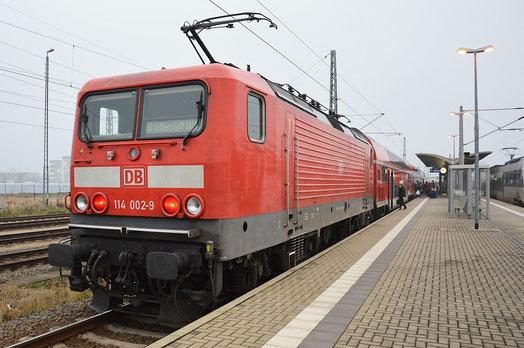 Am 2. Januar 2016 schiebt 114 002-9 eine RB nach Luth. Wittenberg Hbf. Gerade wird der Zug im Bf. Bitterfeld bereit gestellt