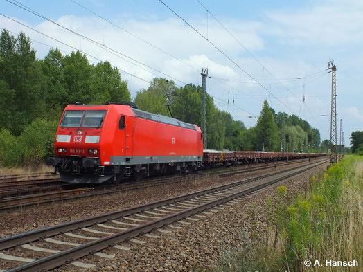185 168-2 zieht am 16. Juli 2014 ihren Flachwagenzug durch Leipzig-Thekla
