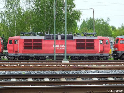 """180 002-8 steht am 10. Mai 2013 zwischen 180 007-7 und 232 529-8 am AW Chemnitz. Dort wird die Lok Teil des """"DB-Stillstandsmanagements"""" und somit eine von vielen z-gestellten Loks. Zukunft ungewiss!"""