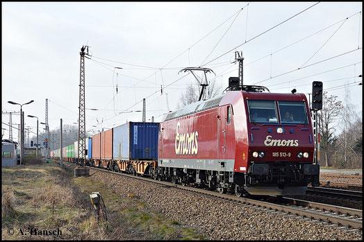 Das freundliche Lokpersonal der schicken roten 185 513-9 von Emons grüßt den Fotografen an der Strecke mit Pfiff und Handzeichen, während sie ihren Zug durch Leipzig-Thekla steuern