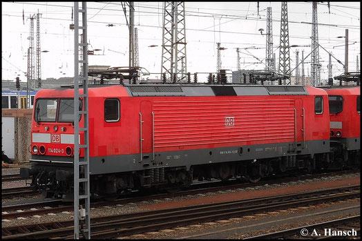 Am 15. März 2015 steht 114 024-3 zusammen mit einigen anderen Lokomotiven im Vorfeld von Halle Hbf. abgestellt
