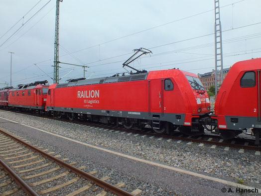Am 8. Juli 2014 durchfährt ein Güterzug mit gleich vier Loks (zwei Zug- und zwei Wagenloks) Chemnitz Hbf. An zweiter Stelle läuft 185 291-2
