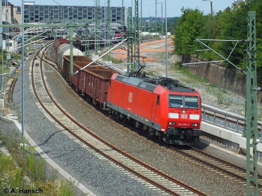 185 076-7 zieht ihren gemischten Güterzug durch den sommerlichen 18. Juli 2014. Das Foto entstand bei der Ausfahrt aus Chemnitz Hbf.